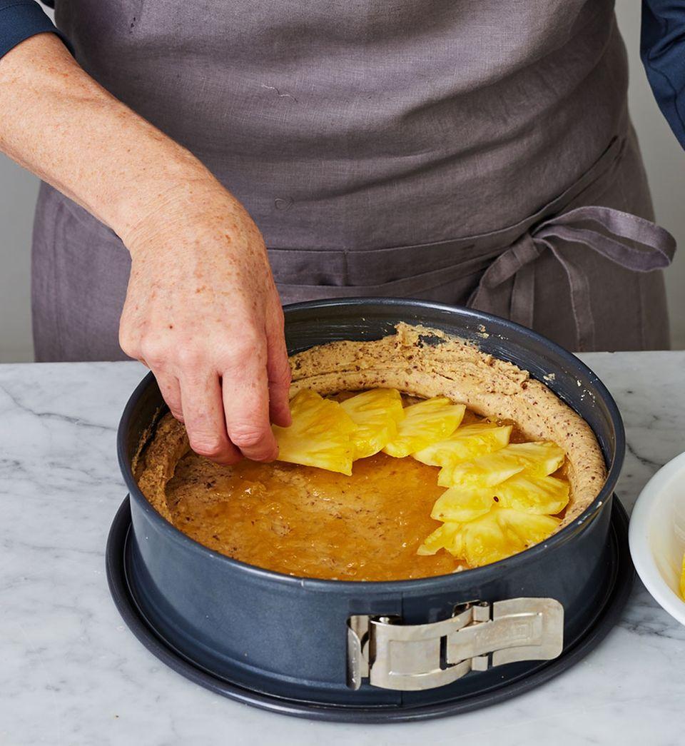 Ananasspalten auf der Konfitüre möglichst flächendeckend in einer Schicht fächerförmig verteilen.