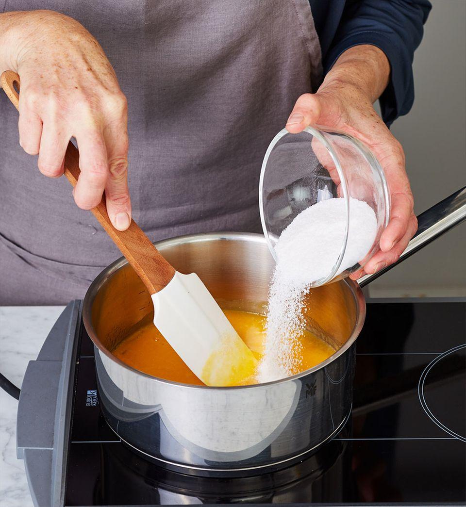 Gelierzucker zum Mango-Limetten-Püree geben