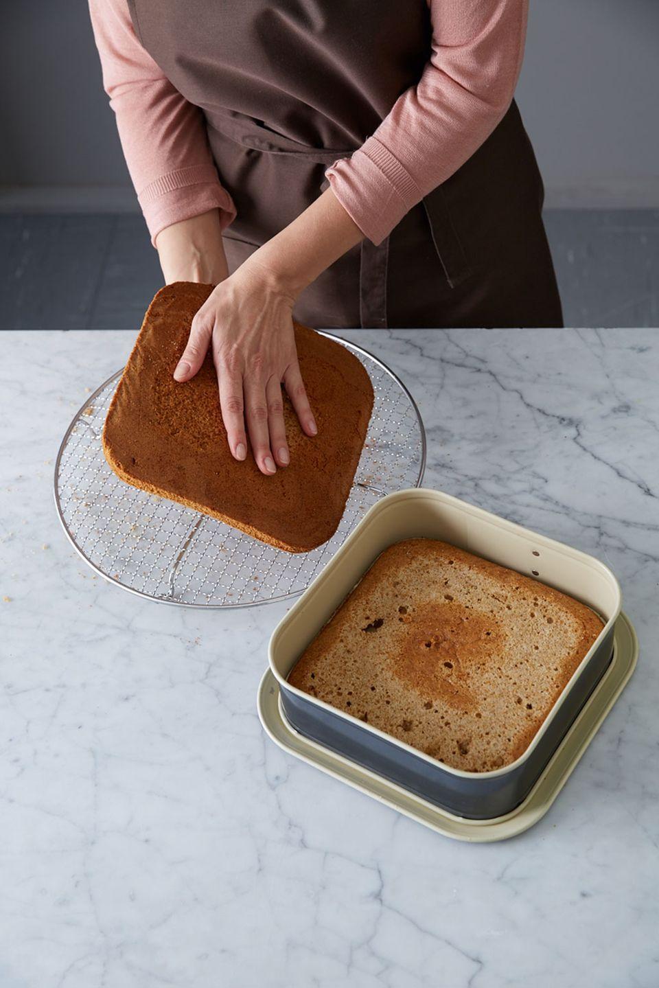 Honigkuchen wird vorsichtig geteilt.