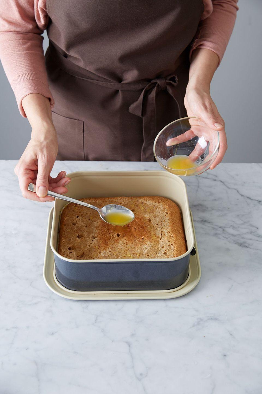Honigkuchen mit Orangensaft-Likör-Mischung beträufeln.