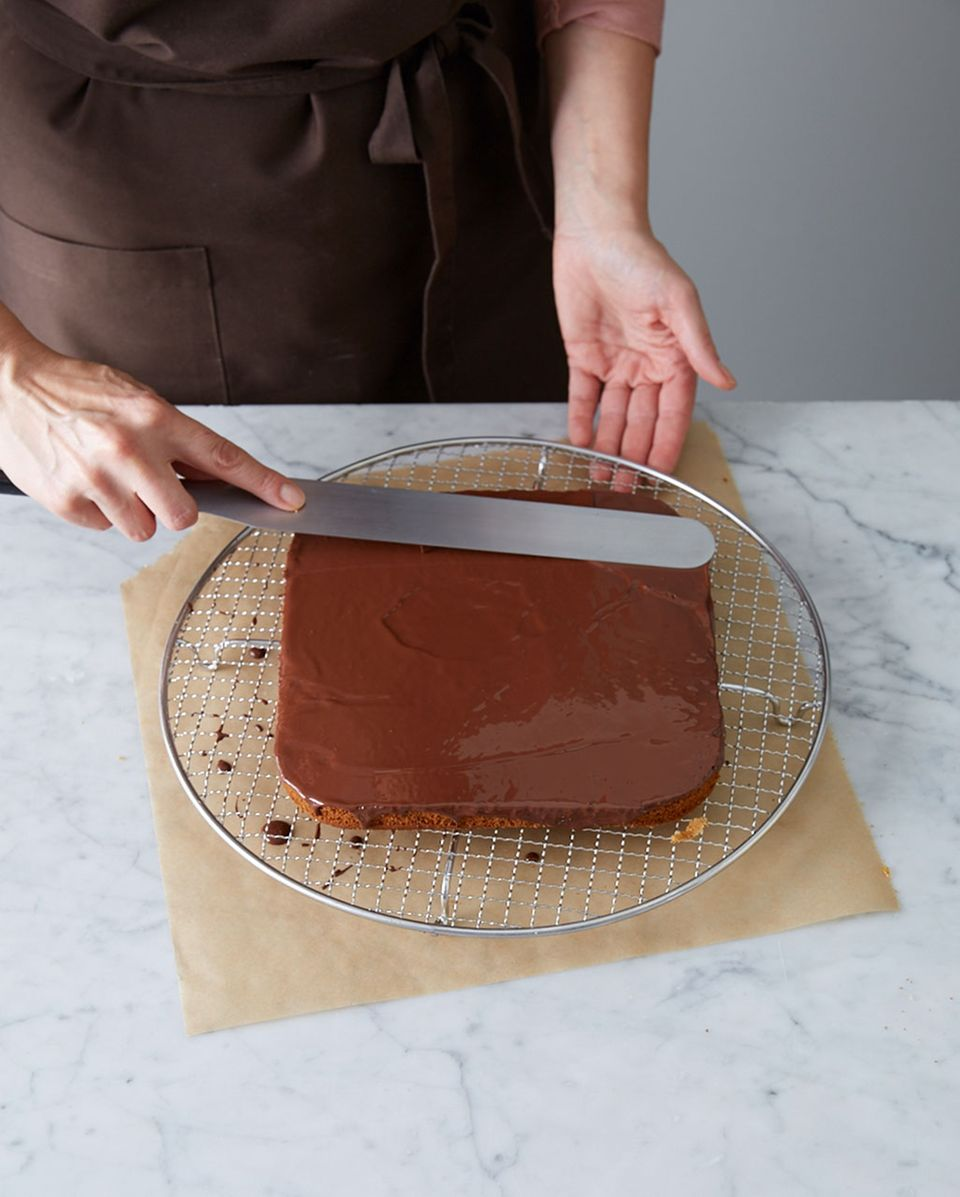 Dunkle Kuvertüre auf dem Honigkuchen glatt streichen.