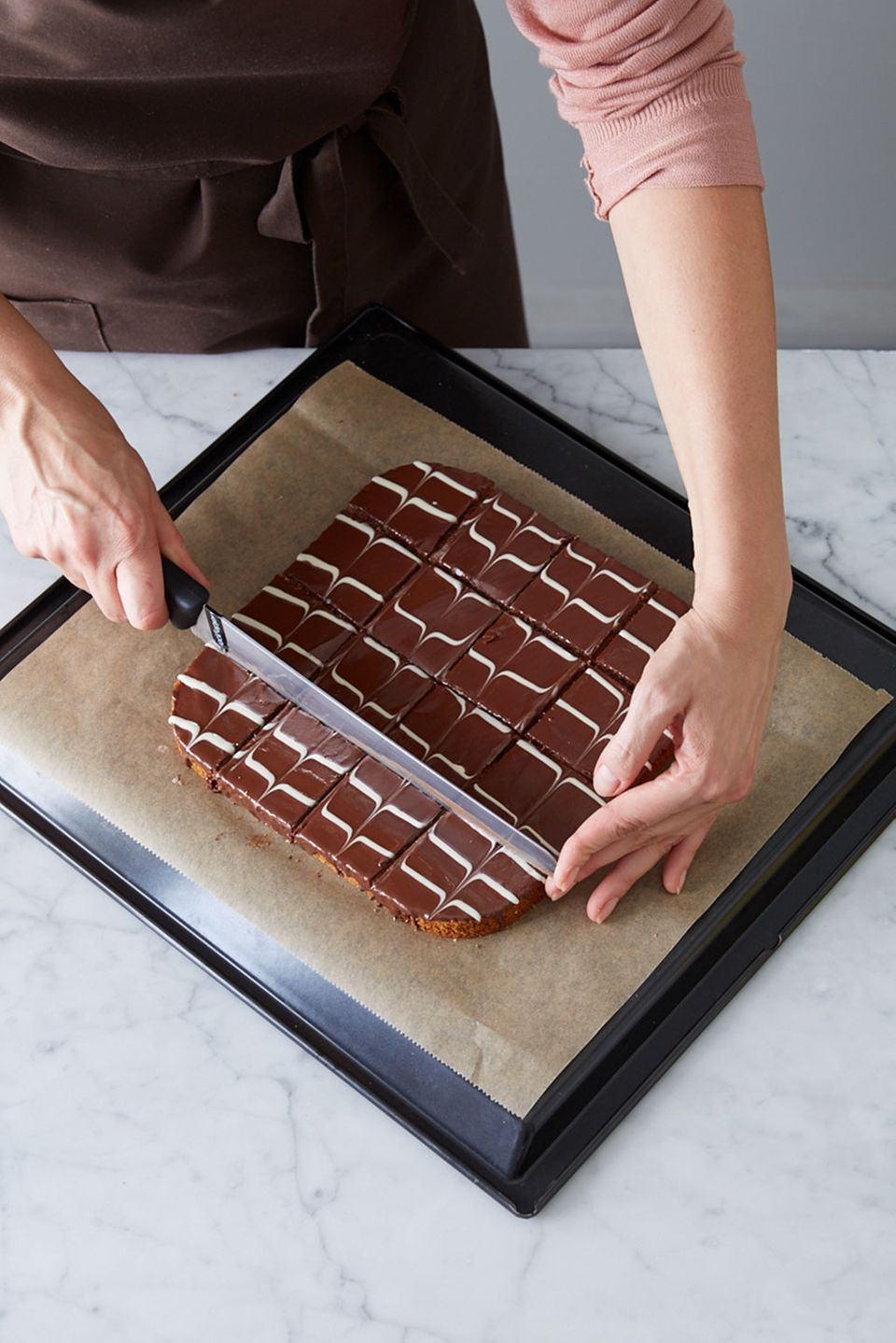 Kuchen mit fest gewordener Kuvertüre schneiden.