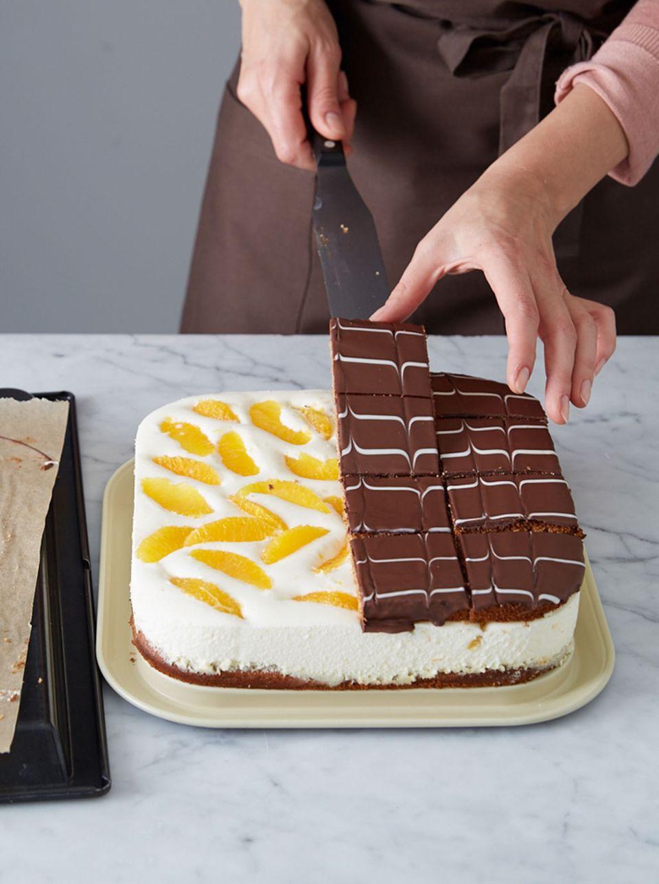 Platten mit der Palette auf die Orangen-Mousse setzen. Zwischen den Quadraten in Würfel schneiden.