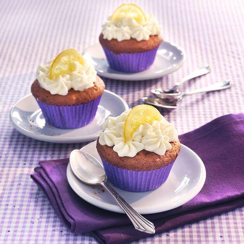 Limoncello-Cupcakes mit Marzipan-Herz und Sahnetopping