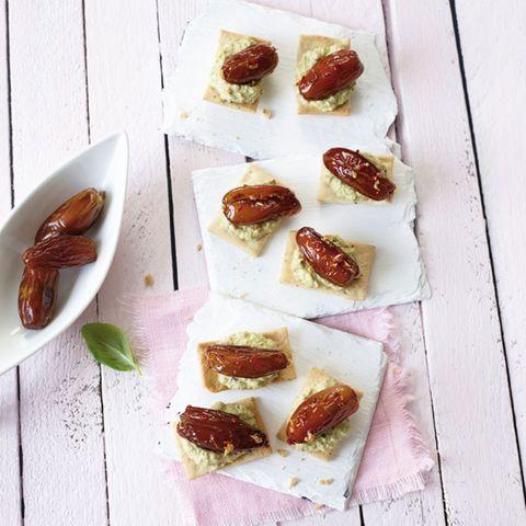 Olivenmousse-Cracker mit scharfen Datteln