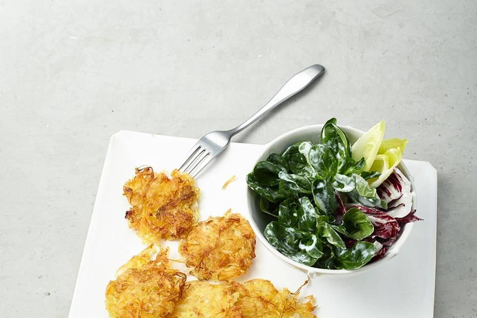 Sauerkraut-Puffer mit Salat  Rezept