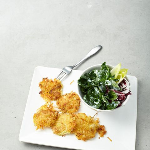 Sauerkraut-Puffer mit Salat