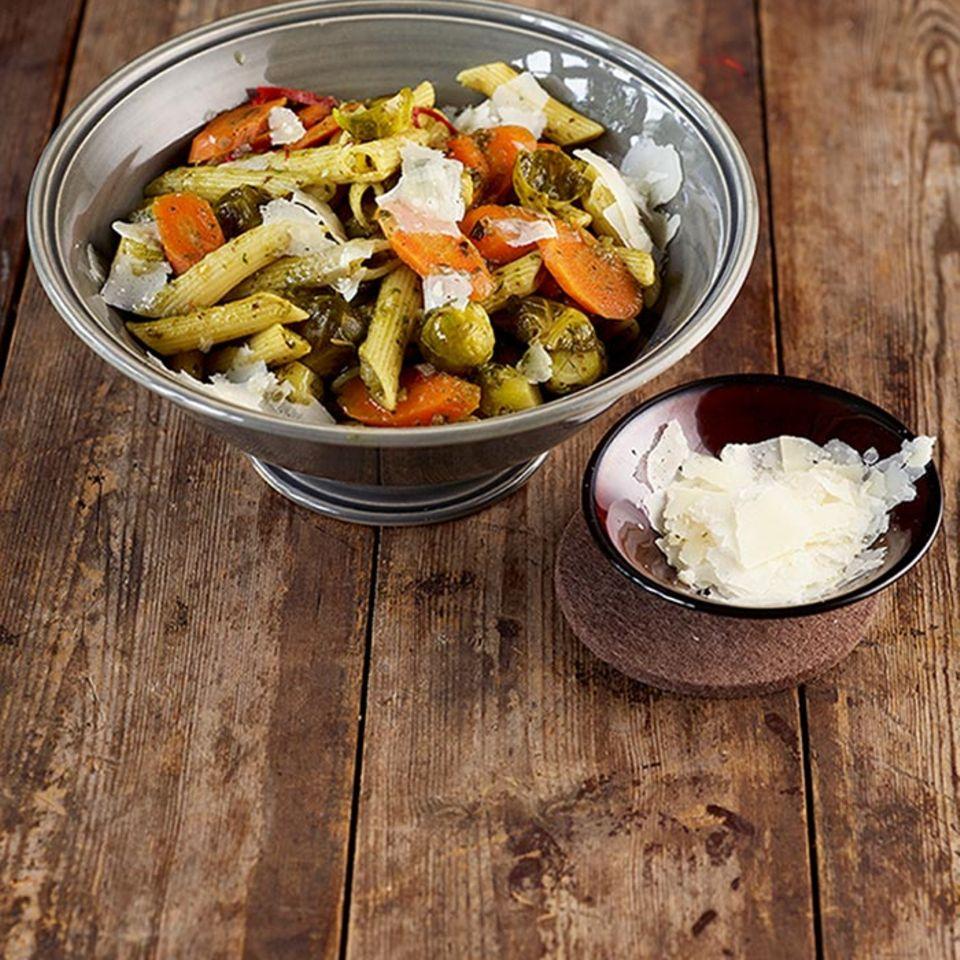 Pasta mit Pesto schmeckt immer, und das Gemüse peppt diese Variante noch mal wunderbar auf. Einfach und lecker!