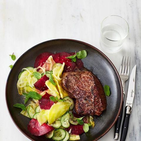 Hueftsteak-mit-Rote-Beete-Gurken-Salat