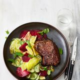 Hueftsteak-mit-Rote-Beete-Gurken-Salat