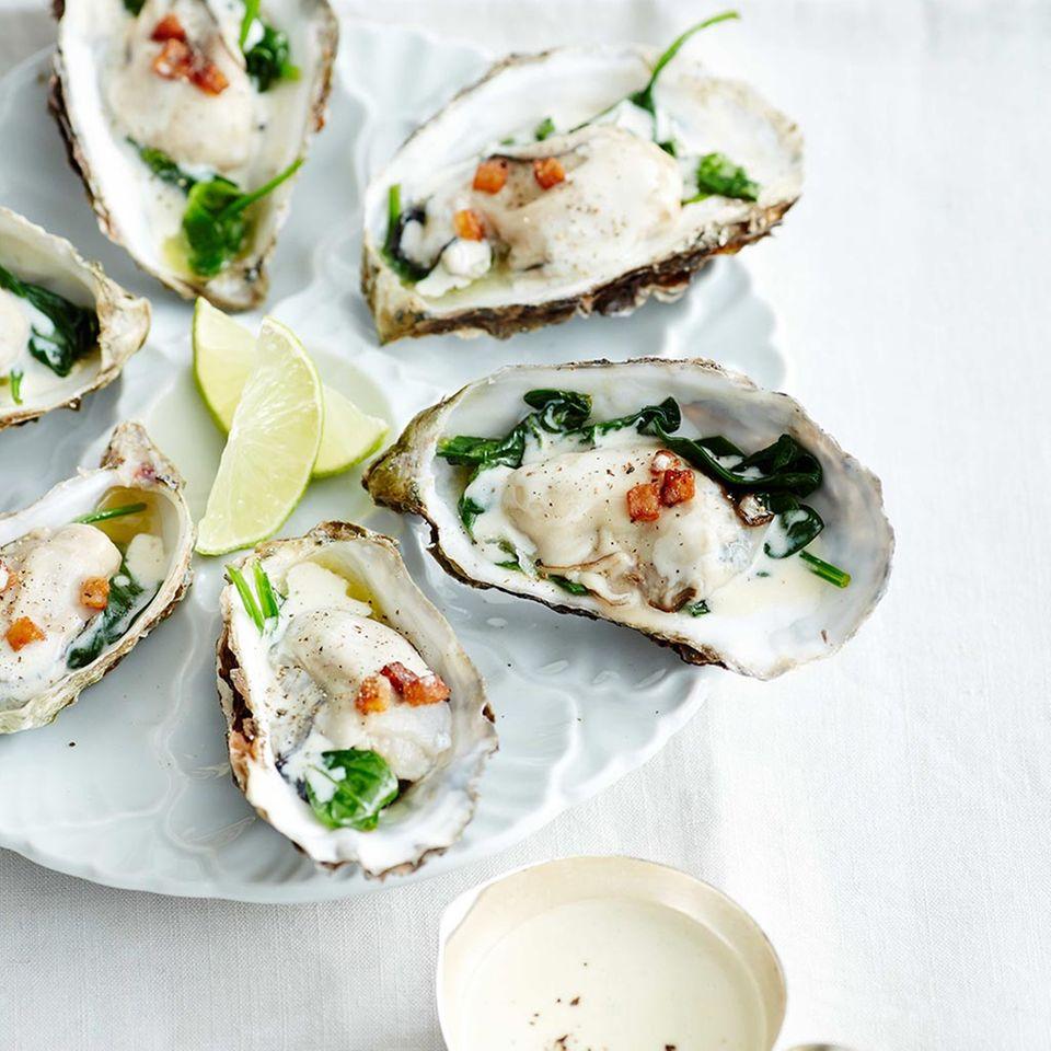 Austern mit weißer Specksauce und Spinat