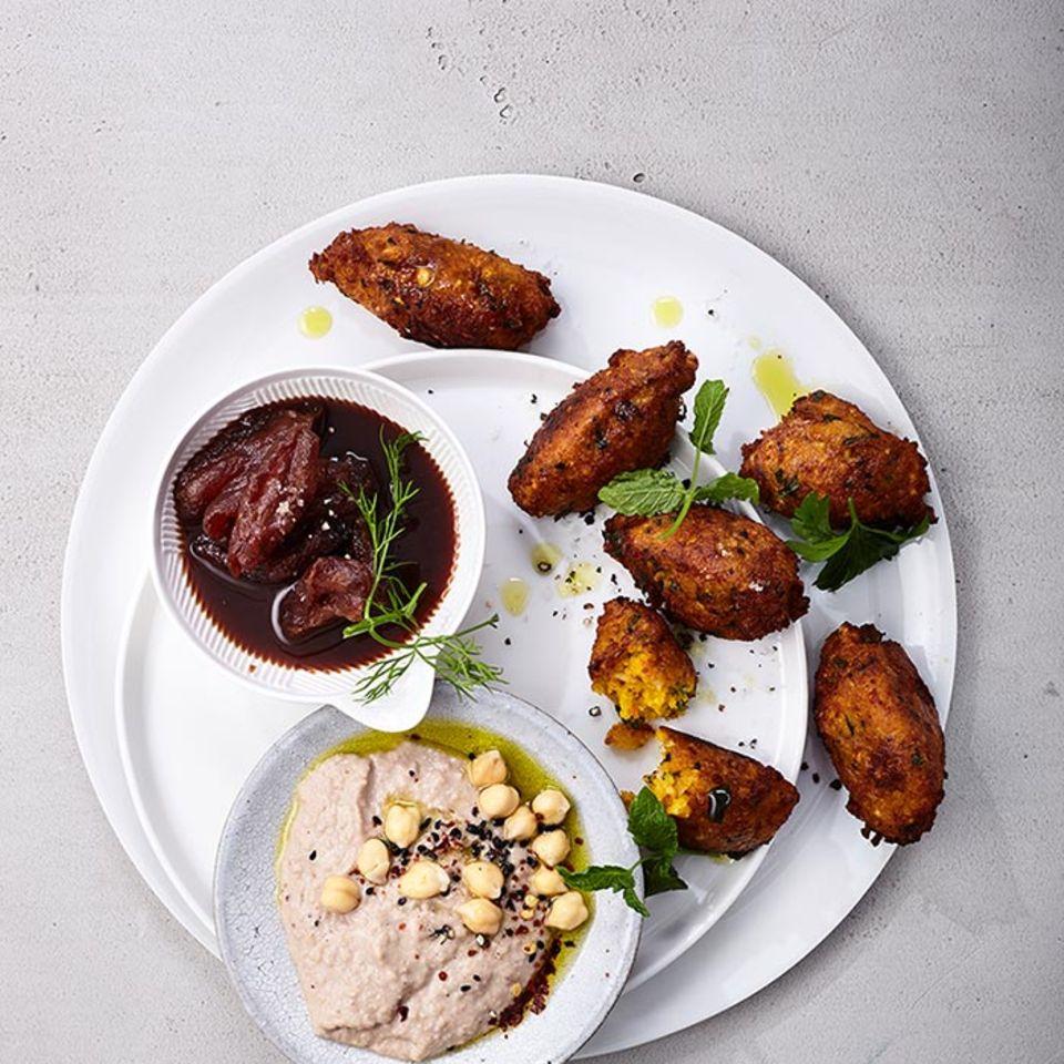 Kürbis-Falafeln mit Datteln und Hummus