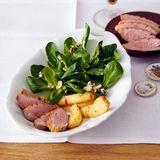 Feldsalat mit geräucherter Entenbrust und Wacholderäpfeln