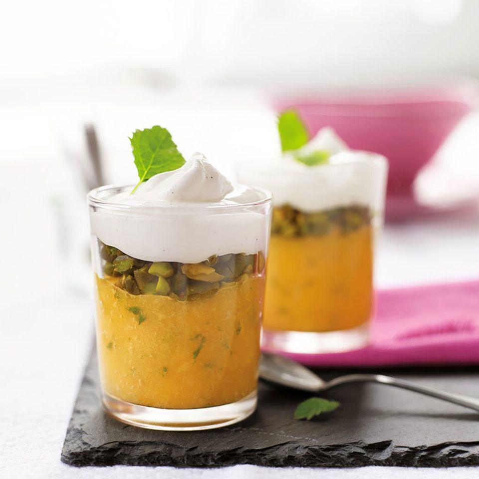 Mangopüree mit Vanillecreme und Pistazien