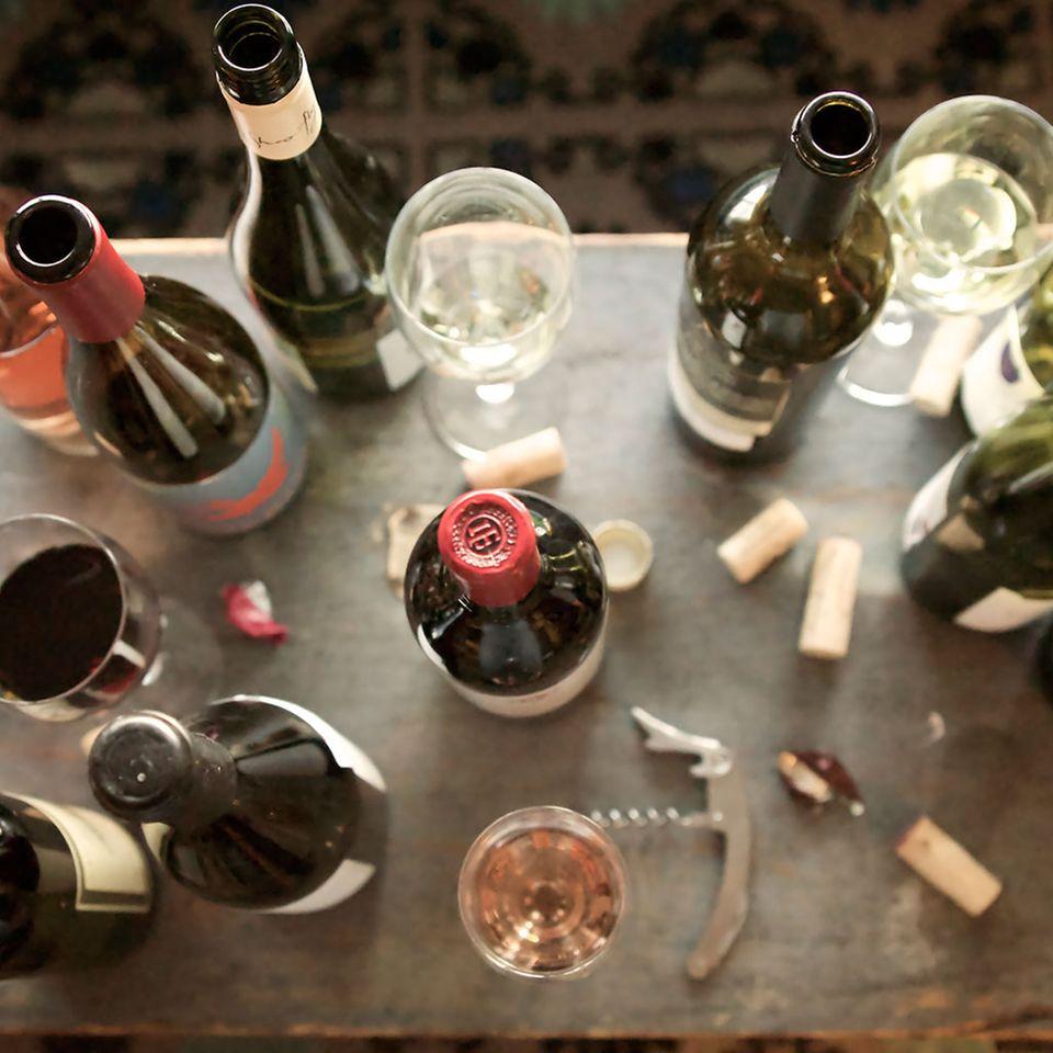 Weinflaschen auf Tisch
