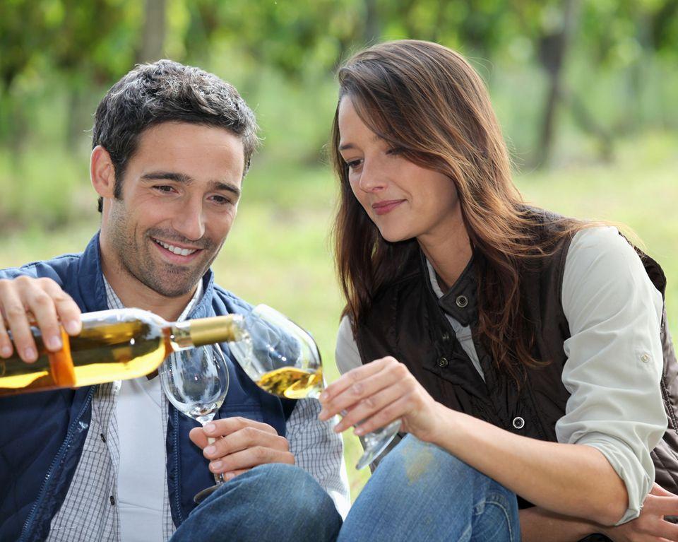 Pärchen trinkt Weißwein