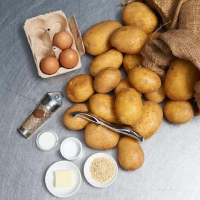 rohe Kartoffeln und Eier mit Sparschäler