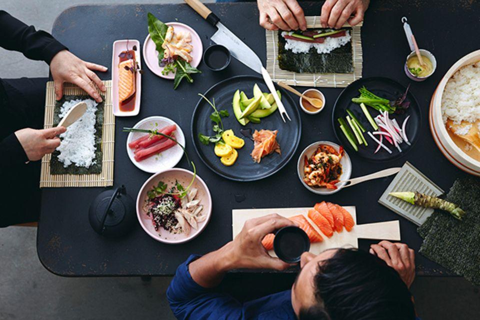 Sushiparty: mit Freunden zu Hause Sushi selber machen