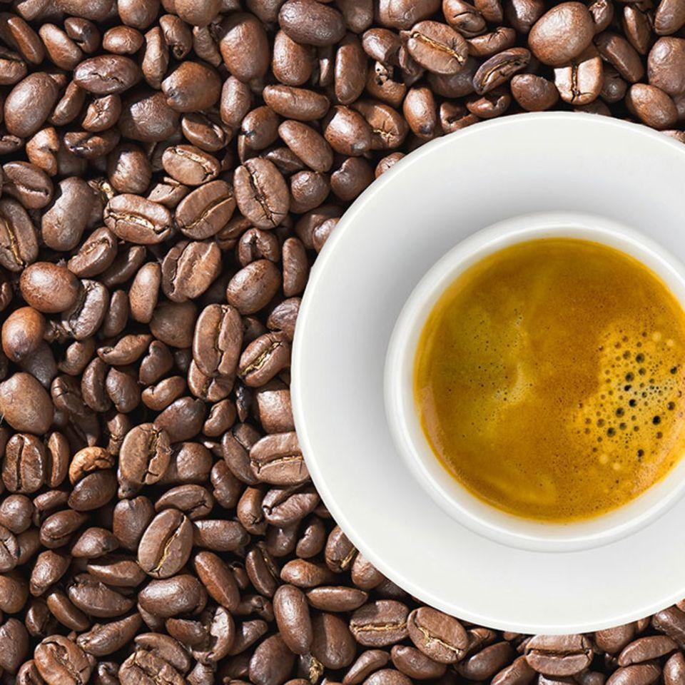 Espresso in einer Tasse auf Kaffeebohnen