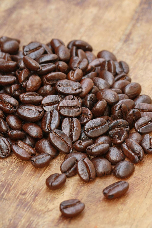 Geröstete Kaffeebohnen auf Holzplatte