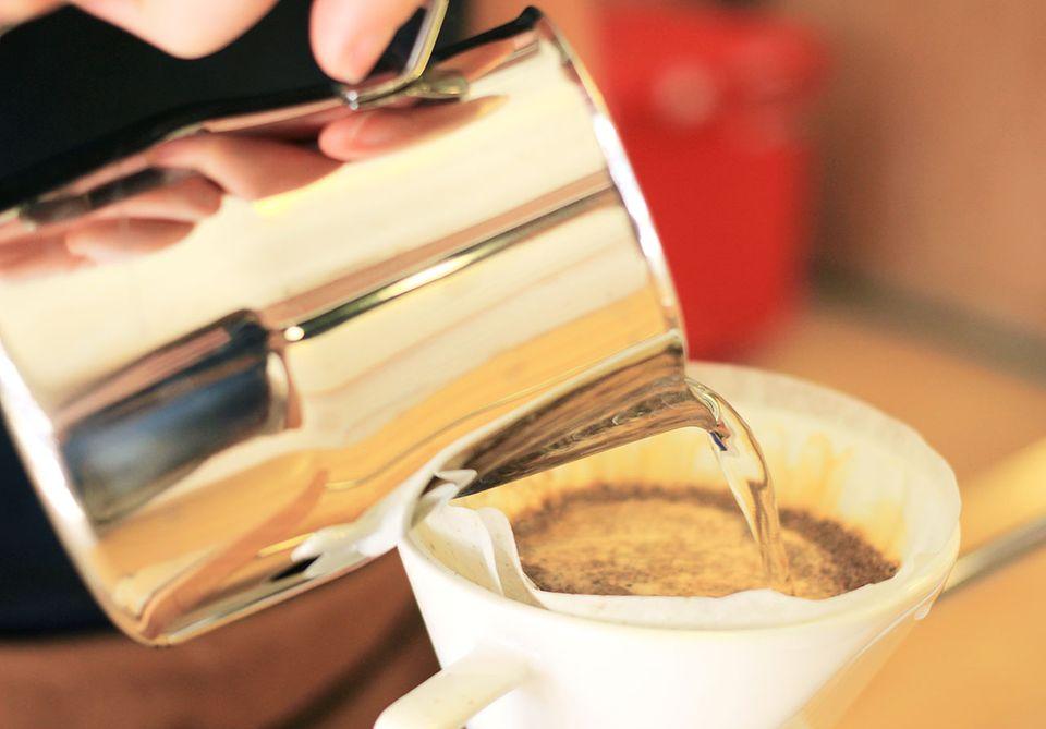 Filterkaffee aufgebrüht mit dem Handkaffeefilter, heißes Wasser