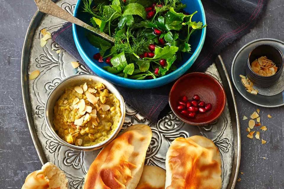 Curry-Dhal mit Naan-Brot und Kräutersalat Rezept