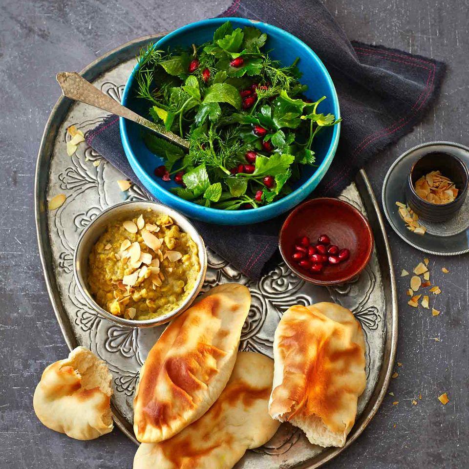 Curry-Dhal mit Naan-Brot und Kräutersalat