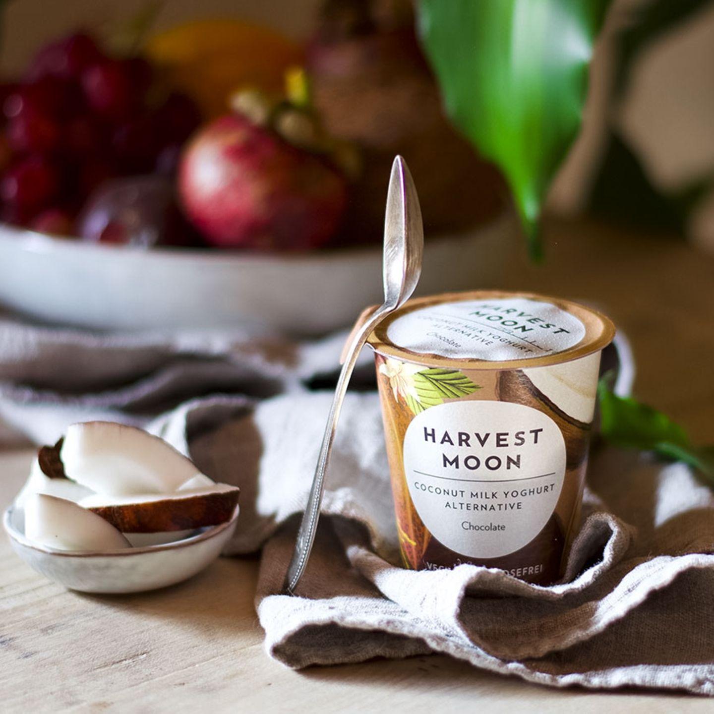 Joghurt aus Kokosnussmilch von Harvest Moon auf einem Esstisch