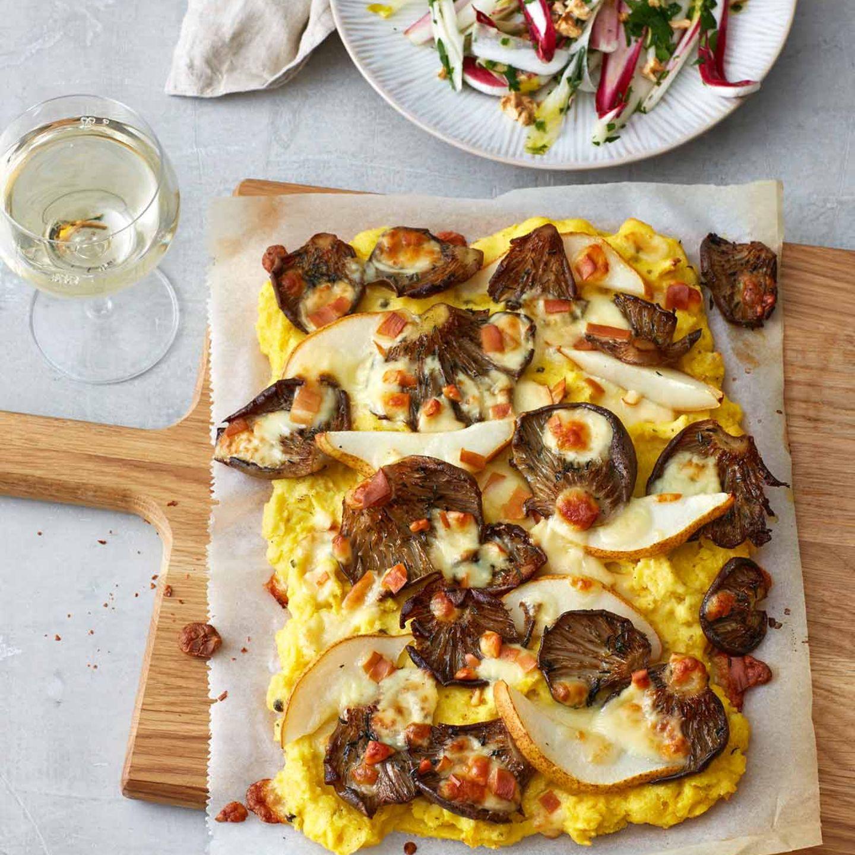 Polenta-Pizza mit Austernpilzen, Birnen und Salat