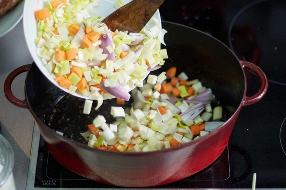 Brasato Grundrezept Schritt 4 Gemüse anbraten