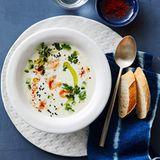 Joghurt-Gurken-Suppe mit Riesengarnelen