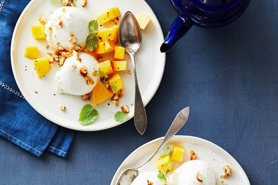 Joghurt-Mousse mit Nuss-Crunch