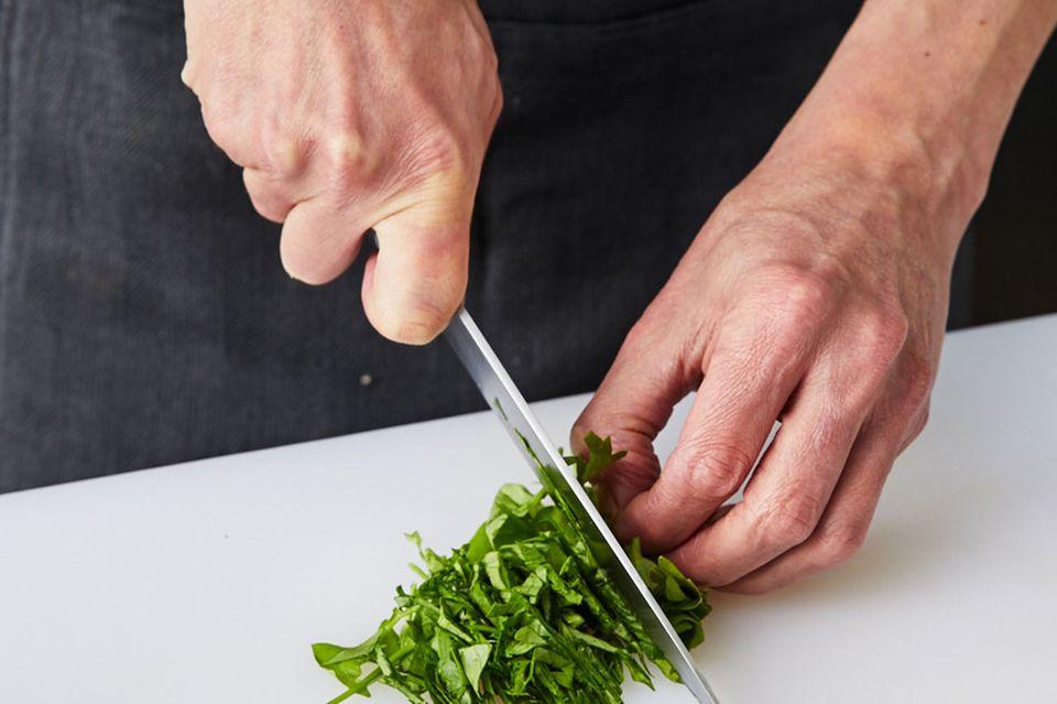 Wie macht man Sauerfleisch Liebstöckel schneiden