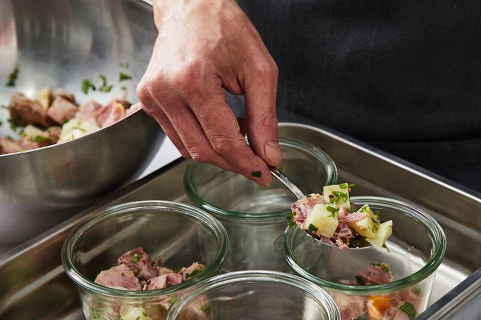 Wie macht man Sauerfleisch Gemüse-Fleisch-Mischung verteilen