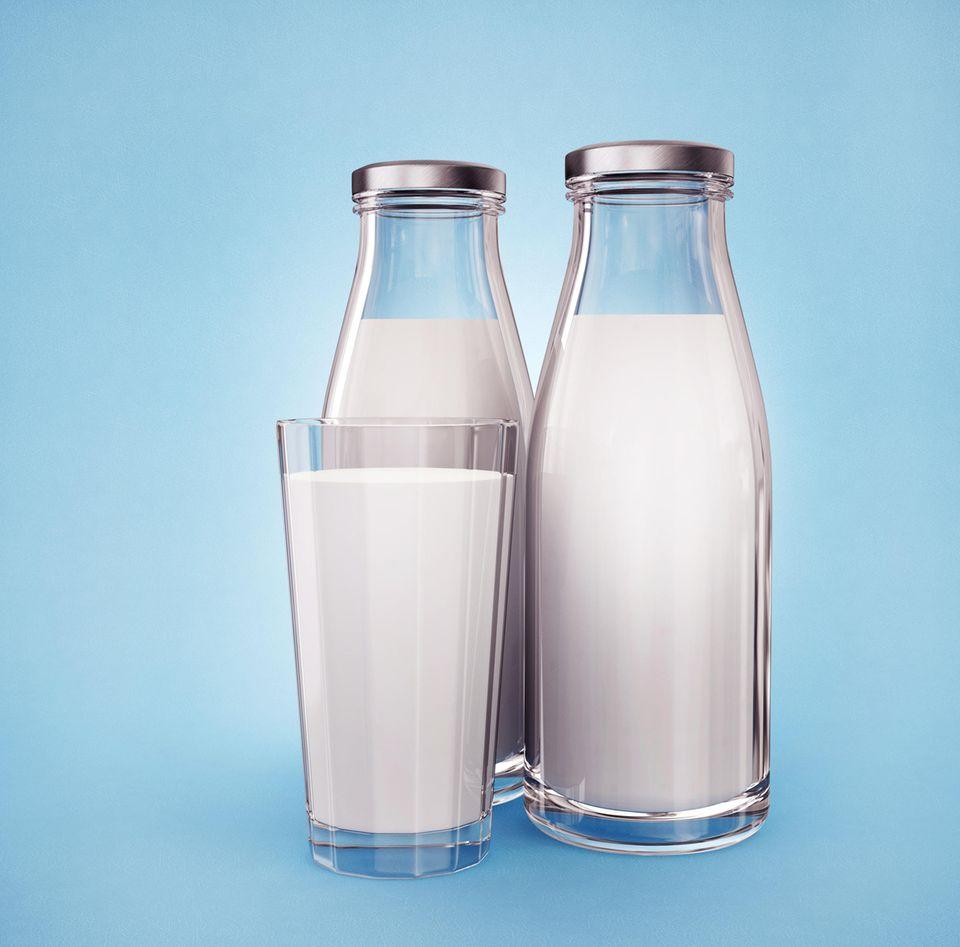 Milch in zwei Flaschen und im Glas