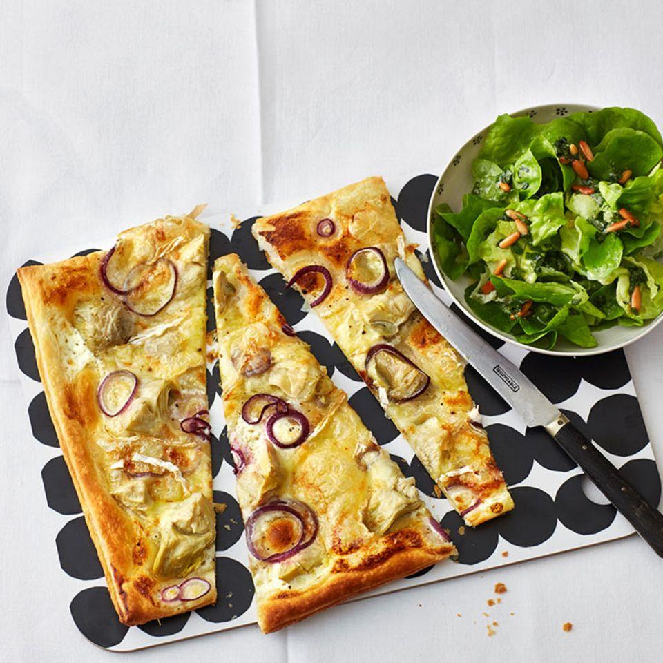Blätterteig-Tarte mit Artischocken und Brie