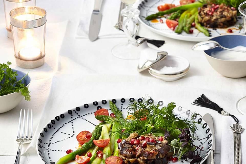 Wildkräutersalat mit Auberginentatar und Spargel Rezept