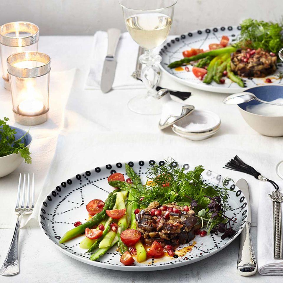 Wildkräutersalat mit Auberginentatar und Spargel