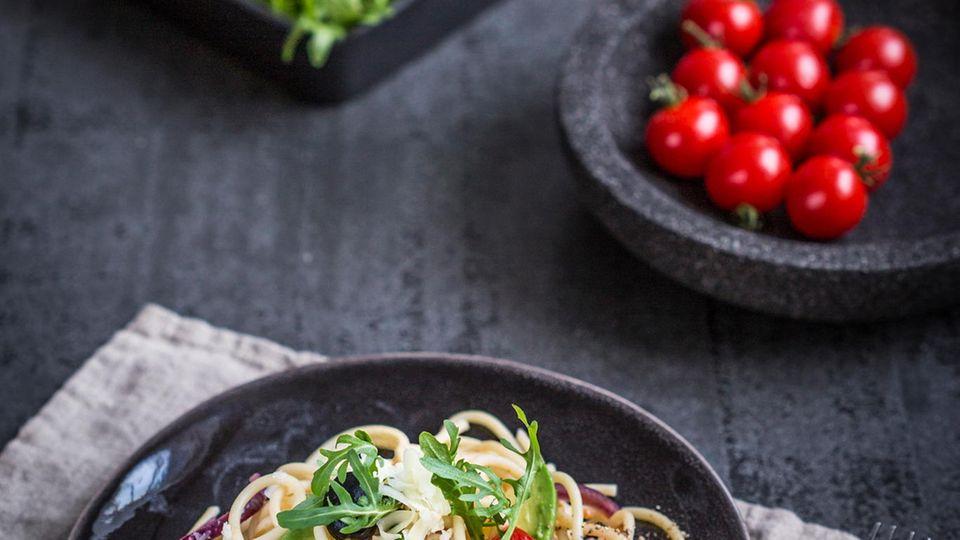 Spaghetti mit Kirschtomaten und Avocado