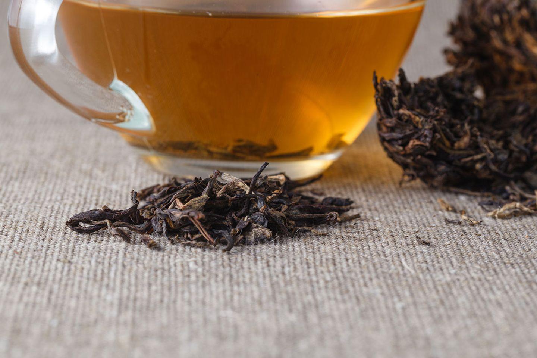 Schwarzer Tee, lose und in der Tasse
