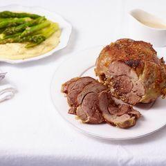 Lammkeule mit cremiger Polenta und gratiniertem Spargel