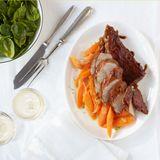 Glasierte Schweinefilets mit Spinatsalat und Limetten-Möhren