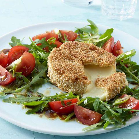Knusper-Camembert mit Tomaten-Rauke-Salat
