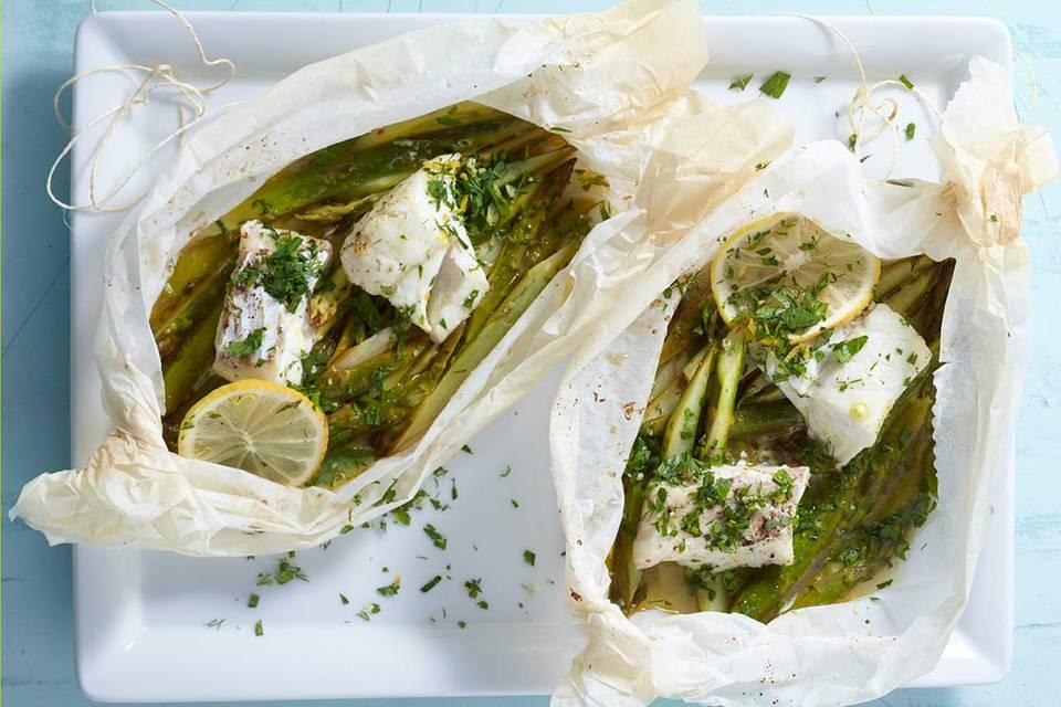 Spargel-Kabeljau-Päckchen mit Dill-Petersilien-Gremolata Rezept