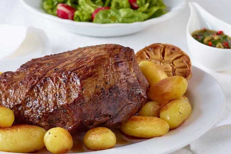 Rinderbraten mit Röstkartoffeln, Petersilien-Salsa und Radieschensalat Rezept