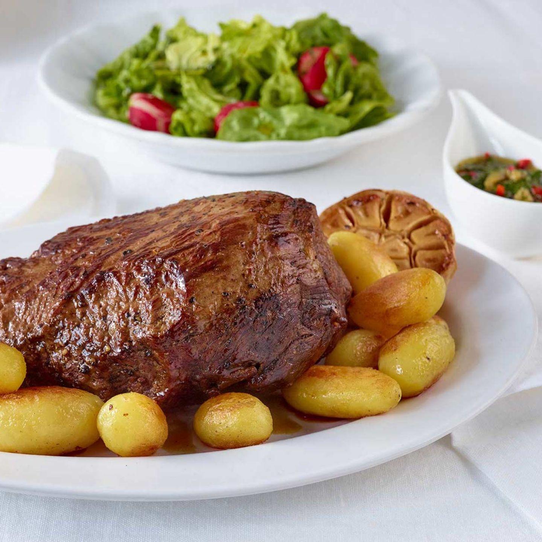 Rinderbraten mit Röstkartoffeln, Petersilien-Salsa und Radieschensalat
