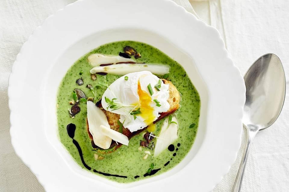 Spargel-Kräuter-Suppe mit pochiertem Ei Rezept