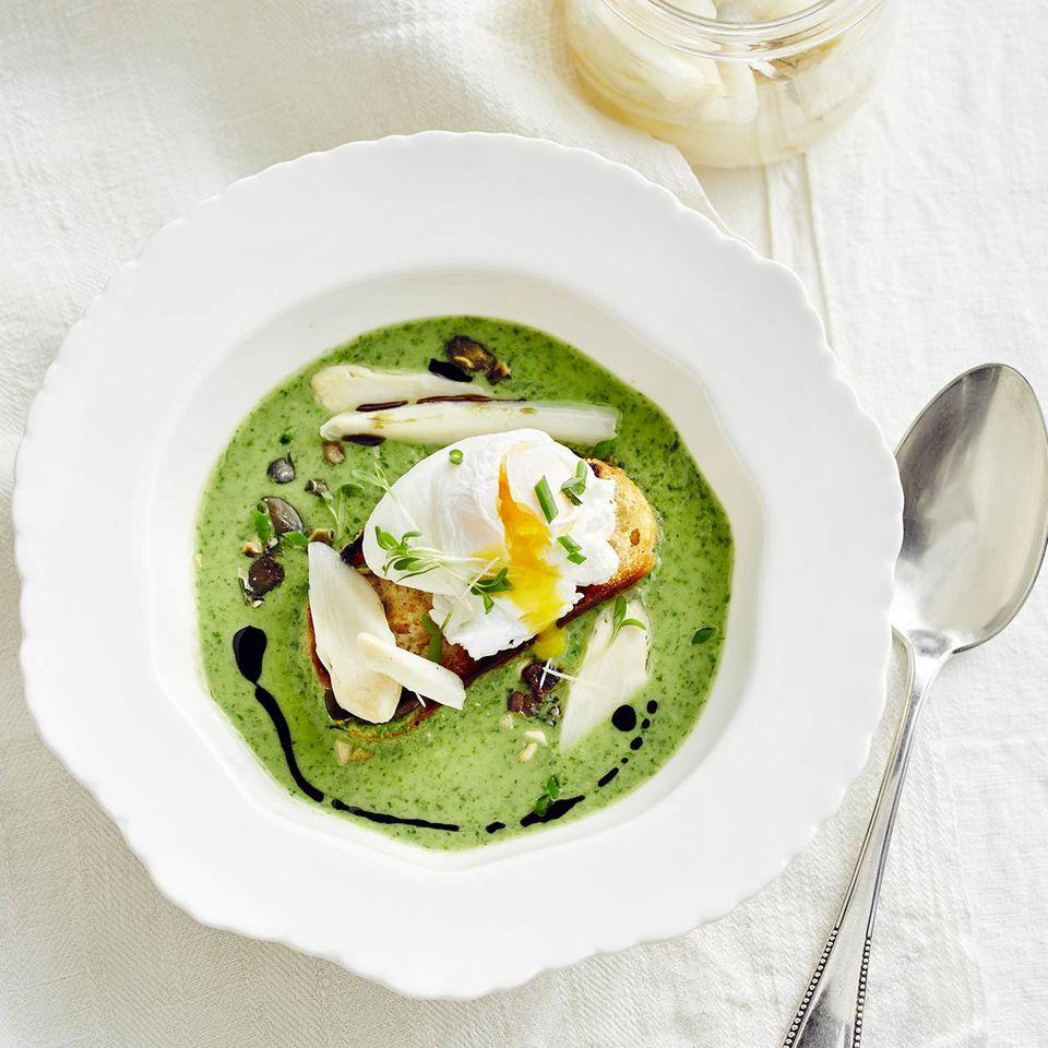 Spargel-Kräuter-Suppe mit pochiertem Ei