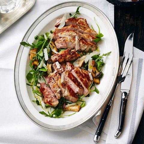 Kalbsrückensteak mit rauke-Pilz-Salat und Parmesan