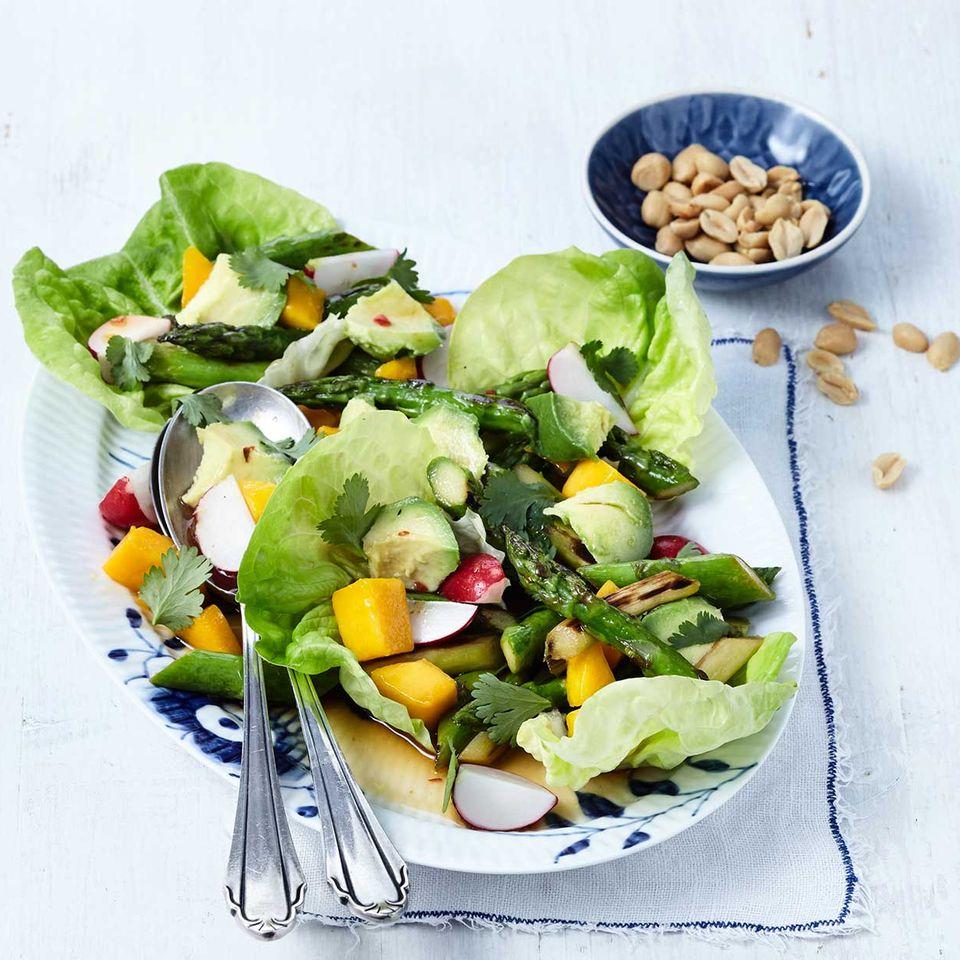 Grüner Spargelsalat mit Avocado und Mango